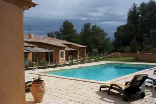 Plenitude en Provence - Piscine et Vue Extérieure