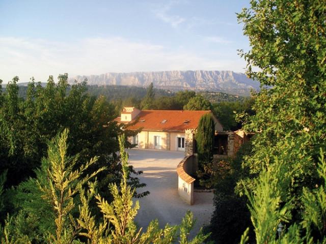 dejeuner sous l'arbre hotel logis de france rousset aix en provence office de tourisme centrale de reservation